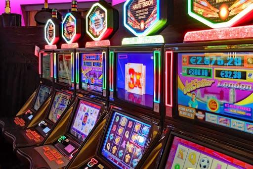 Pengalaman Main Slot Online vs Slot Darat